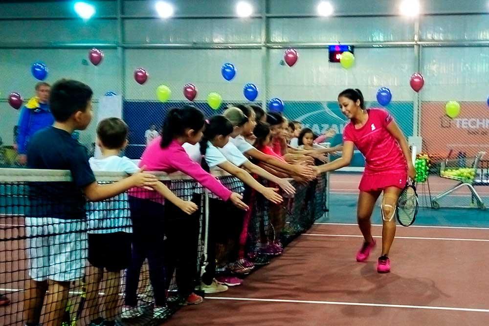 Зарина Дияс сыграла с юными теннисистами в Алматы
