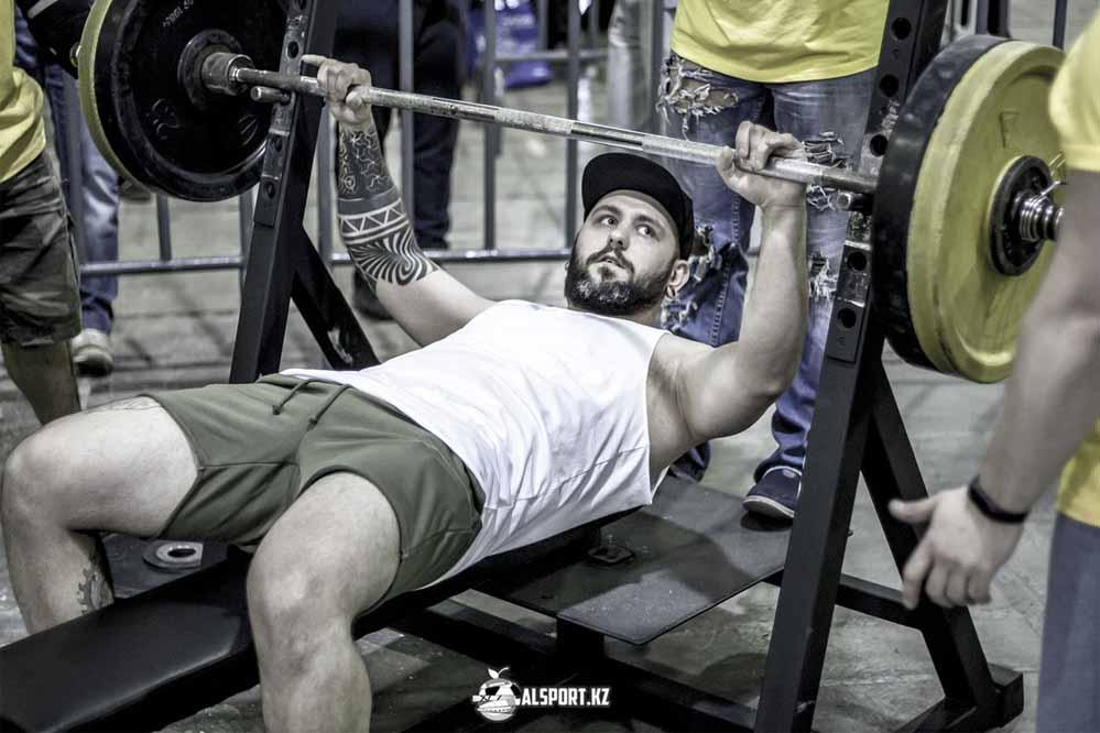 Битая титанов: пауэрлифтер подерётся с тяжелоатлетом на турнире ММА