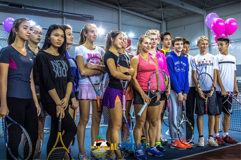 Юлия Путинцева сыграла с юными алматинскими теннисистами