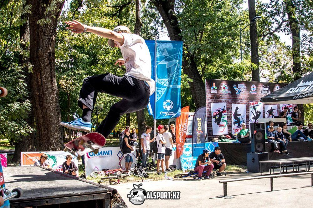 Скейтеры устроили флеш-моб в Алматы